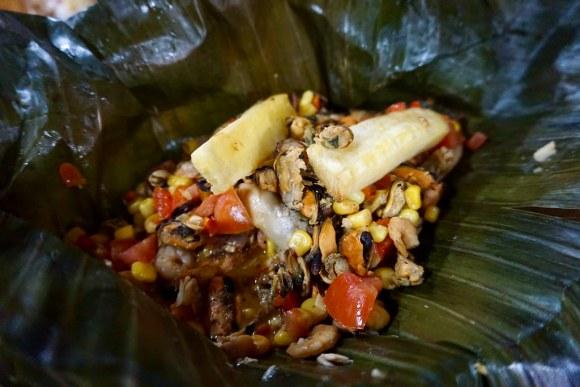 Patarashca Mixto (Filete de pescado, camarón, macha y pulpo marinado envuelto en hoja de plátano)