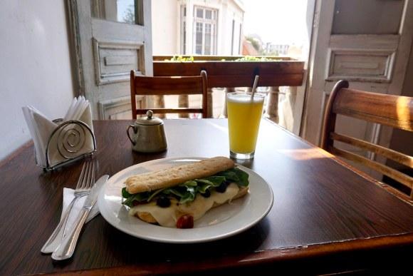 Sándwich y jugo de piña