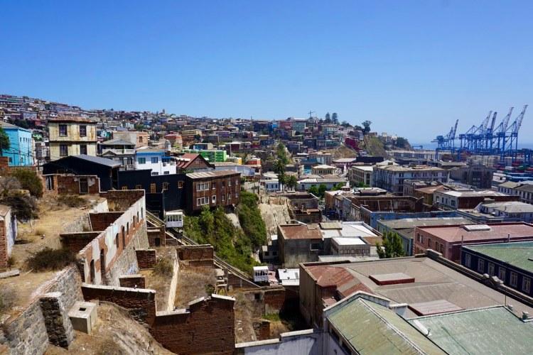 Barrio Puerto y cerro Cordillera visto desde el Museo Lord Cochrane