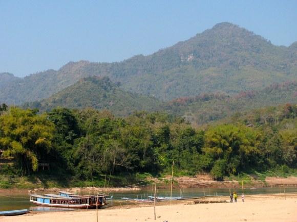 Barcas para cruzar el río Mekong