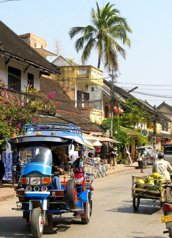 Tuk tuk en calle Sisavangvong