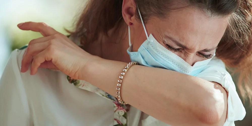 https www apotheken umschau de krankheiten symptome infektionskrankheiten coronavirus ansteckungsgefahr trotz maske bei niesen und husten 762337 html