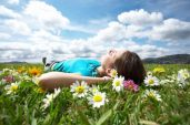 Hypnotherapy-Woman-Lying-in-field