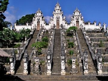 Bílý nebeský chrám Pura Lempuyang Luhur v 700 m n.m.