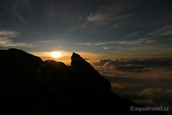 Východ slunce s Rinjani na Lomboku z vrcholu sopky Agung
