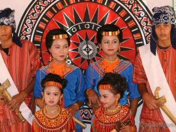 Torajové v ceremoniálním oblečení při pohřbu