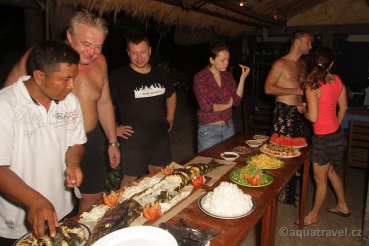 K potápìní na Bali v Tulambenu patøí i poøádná veèeøe