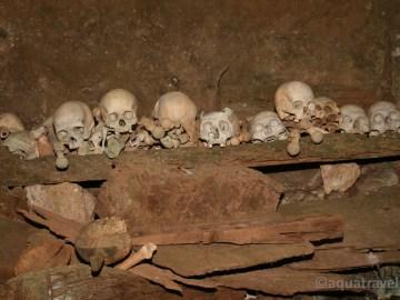 Toraja - kosterní ostatky v pohřební jeskyni