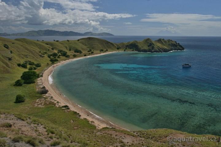 Laba ostrov v NP Komodo zátoka s lodí Perama.