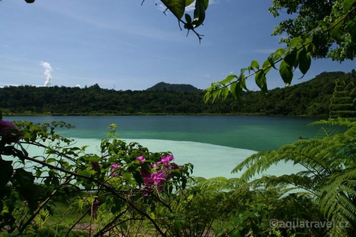 Linau - kráterové jezero u Manada na Sulawesi