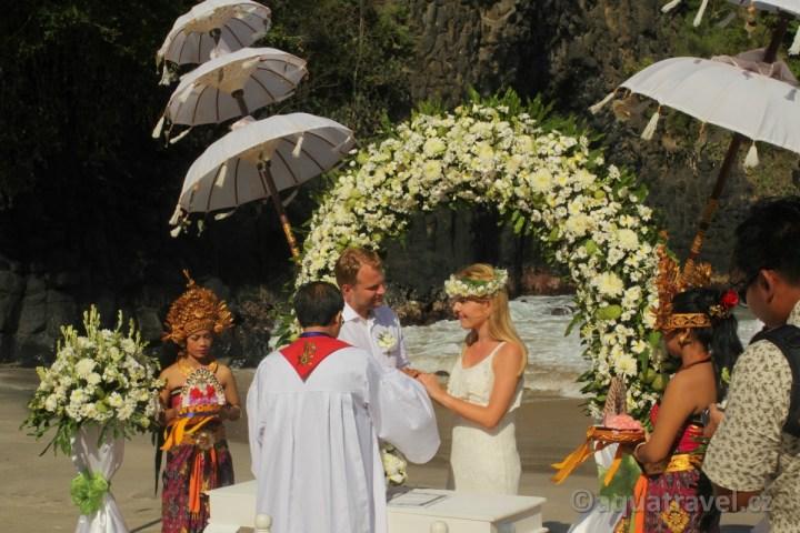Svatba na Bali na bílé pláži