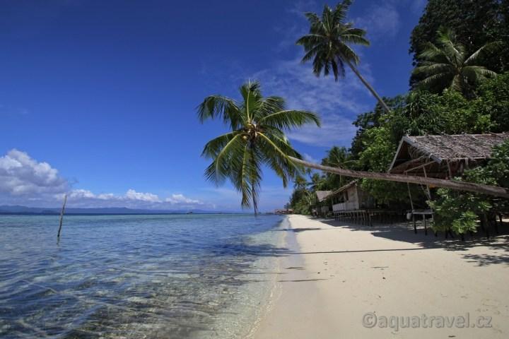 Ostrov Kri pláž domečky pod palmami