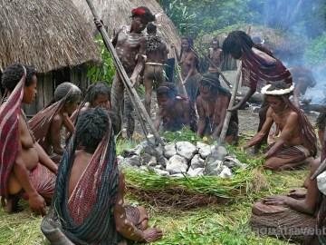 Vaření Jiwika Baliemské údolí Papua. Exotické zájezdy