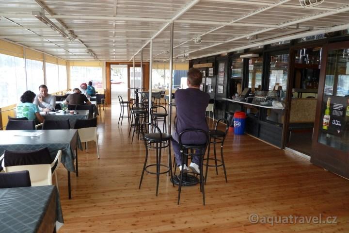 Restaurace Bunarina odjíždí odsud loď na ostrov