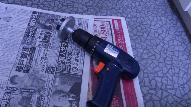 電動ドリルとホールソーで塩ビ板に穴をあけてフタを仕上げる