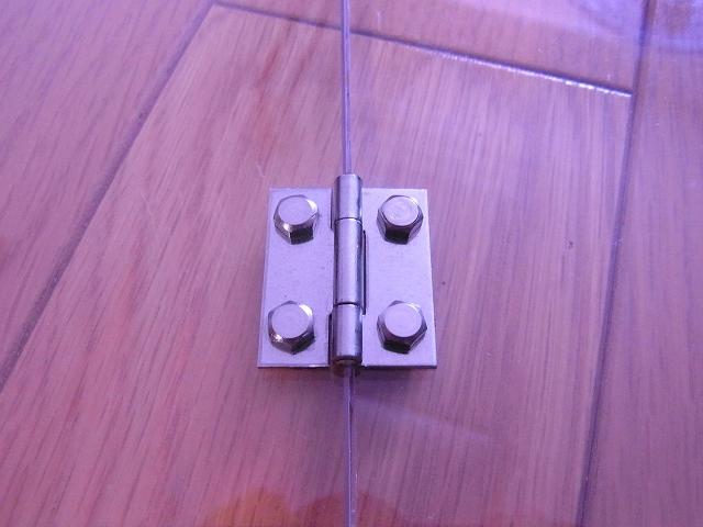 ボルトとナットで蝶番を固定 表側