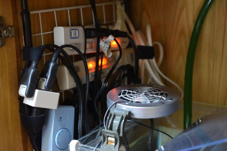 メッシュパネルに電源タップや電源コードを整頓して配置
