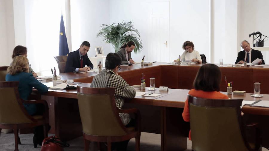 Pedro Sánchez preside el Consejo de Ministros extraordinario que debate sobre la declaración del Estado de alerta