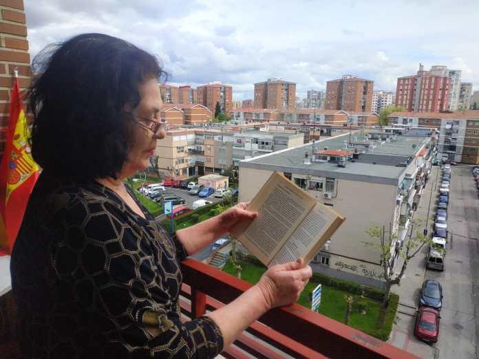 Pilar Córdoa, en el alcón de su casa durante el estado de alarma