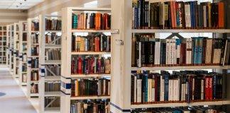 Estanterías con libros en una biblioteca.