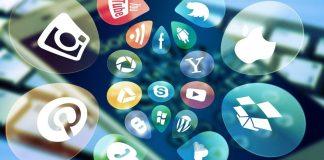 Sobre un smartphone, se superponen los logos de unas docena de las principales redes sociales y empresas digitales.