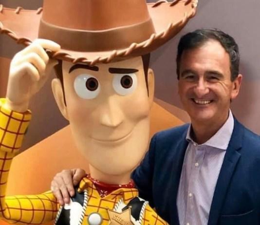 Ricardo con el «sheriff Woody», uno de sus personajes preferidos de las publicaciones del grupo editorial