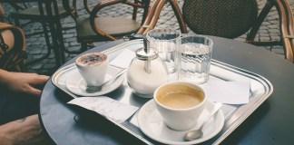 Mesa de una terraza con una bandeja de desayuno