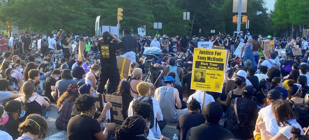 ONU/Shirin Yaseen Un grupo de manifestantes contra la injusticia racial se reúne pacíficamente en el barrio neoyorquino de Brooklyn