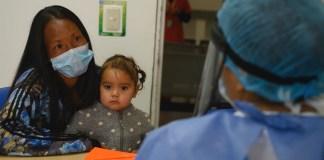 OPS Una mujer y su hija en un hospital de Colombia durante la pandemia de COVID-19