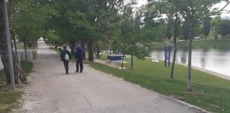 Tres Cantos, mayores de setenta años paseando por el lago del Parque Central