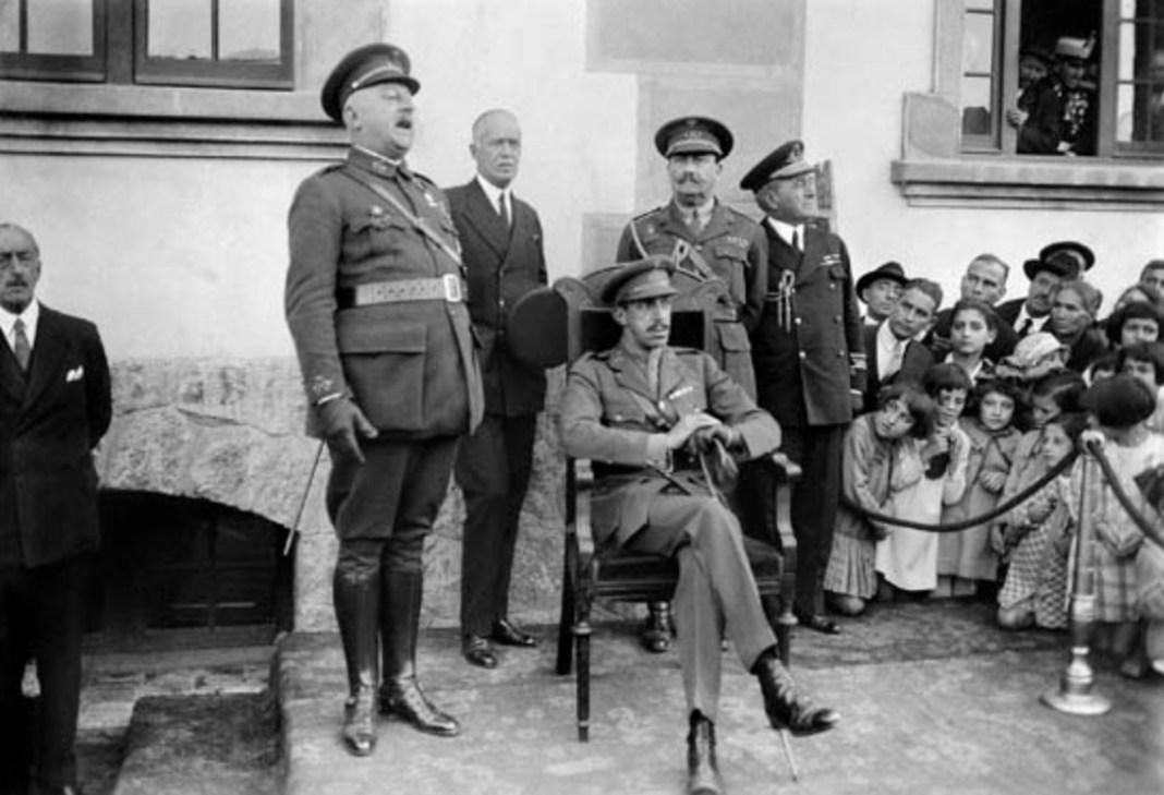 Alfonso XIII presidiendo un acto, con el General Primo de Rivera y el General Berenguer