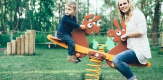 madre hijo parque infantil