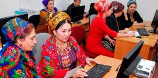 Banco Mundial: Un grupo de mujeres dedicadas al campo de la estadística procesan datos para su análisis en Turkmenistán.