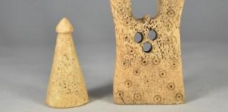 Ajedrez: pieza de peón y torre en el Museo de Cáceres
