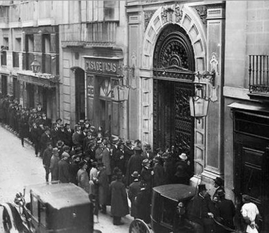 Largas colas a las puertas del Ateneo, en el año 1922, para escuchar una charla de Unamuno - Archivo ABC
