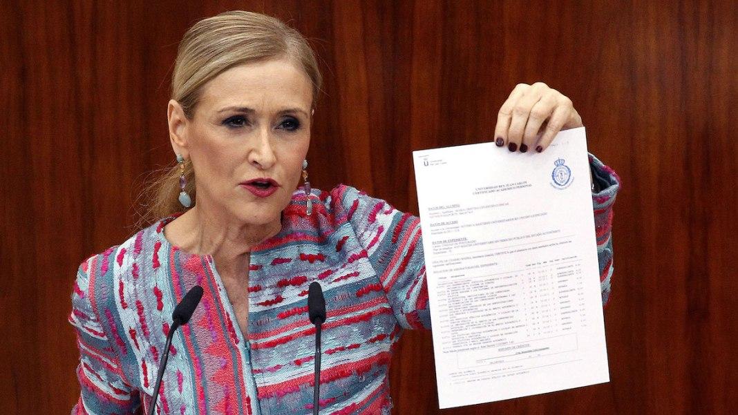 Cristina Cifuentes muestra el acta falsificada ante los medios de comunicación