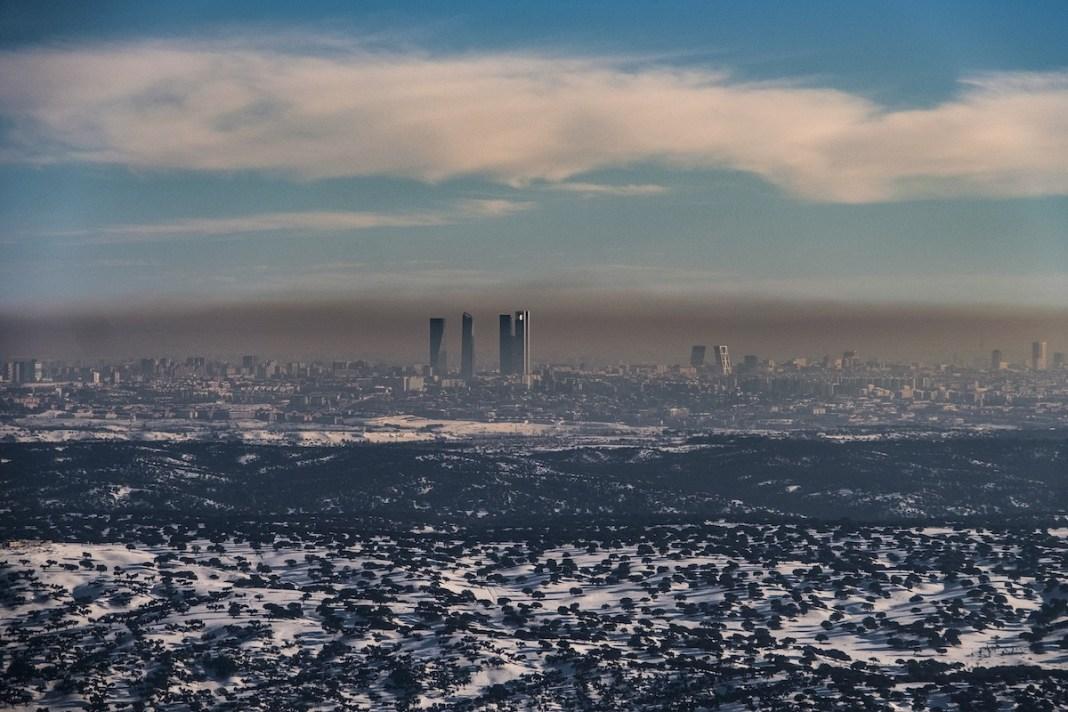 La ciudad de Madrid fotografiada desde el embalse de El Pardo donde se puede apreciar la alta carga de componentes contaminantes atmosféricos. ©️Greenpeace / Pedro Armestre