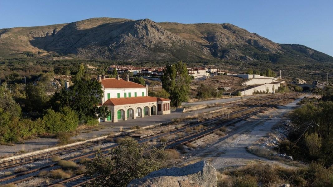 Bustarviejo: antigua estación de tren en la línea Madrid Burgos