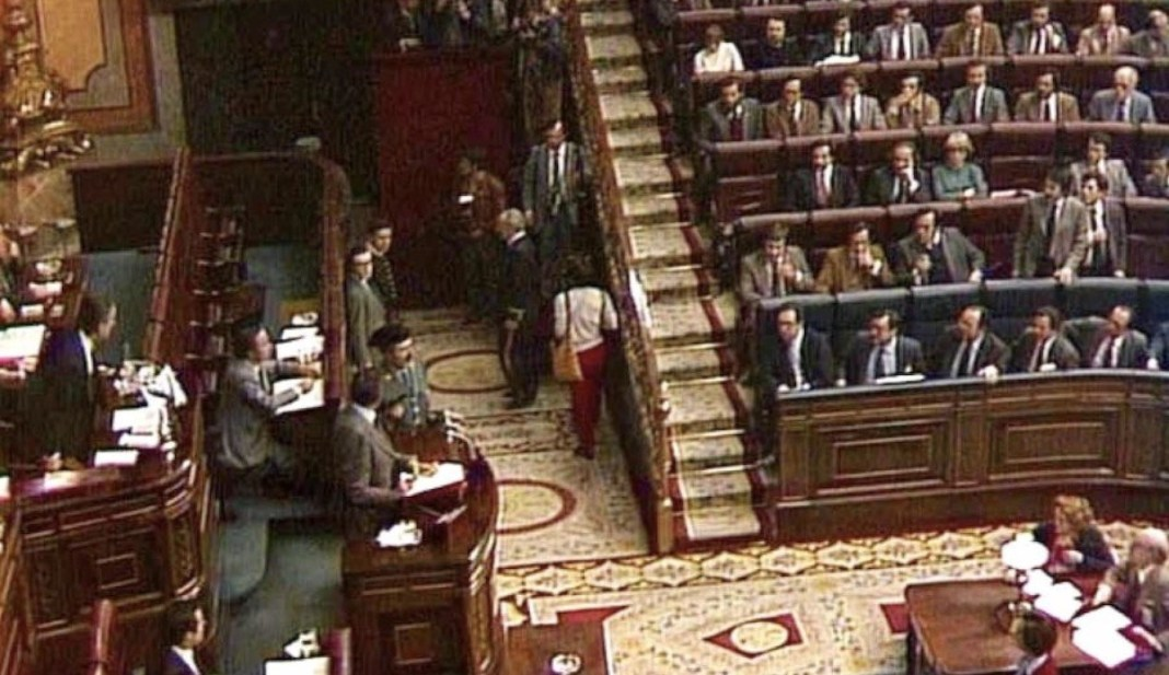 Una cámara de televisión capta el momento de la irrupción de guardias civiles en el hemiciclo del Congreso el 23 de febrero de 1981