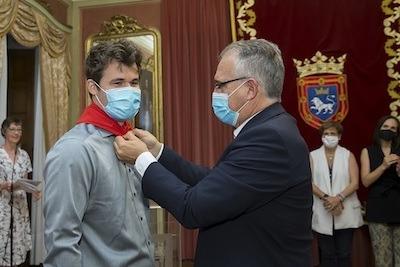 El alcalde de Pamplona pone el pañuelo rojo a Magnus Carlsen