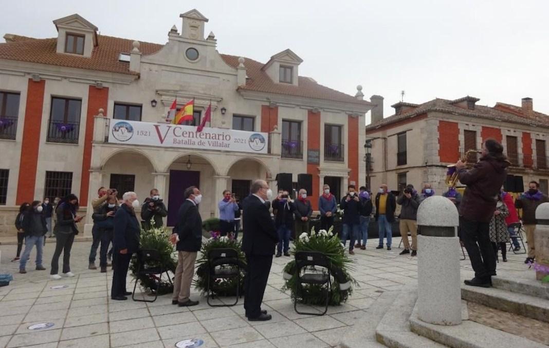 Ofrenda floral en el monolito a los Comuneros en abril de 2021