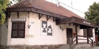 Fachada del Museo del Ajedrez de Heves, Hungría