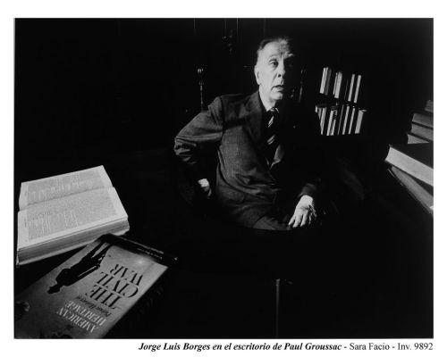 Jorge Luis Borges en el escritorio de Paul Groussac. Foto de Sara Facio, 1965