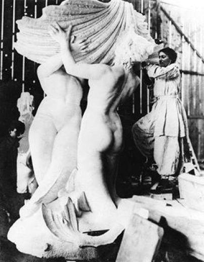 Lola Mora esculpiendo Las Nereidas, 1903.