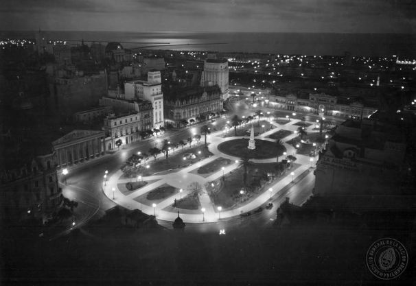 Vista nocturna de Plaza de Mayo, Buenos Aires c.1934.