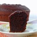 bolo de chocolate cortado em cima do prato