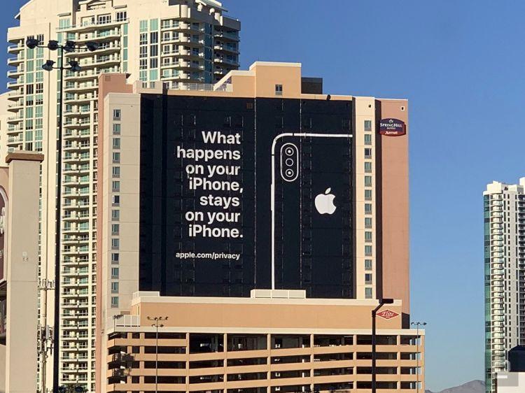 """Anuncio de Apple en el costado del edificio durante el CES 2019. Lee: """"Lo que sucede en tu iPhone permanece en tu iPhone""""."""