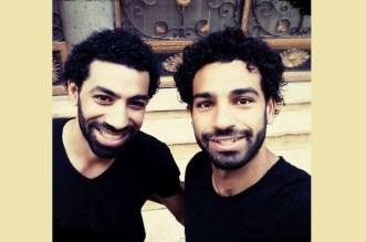 فيديو – محمد صلاح يلتقي شبيهه.. هل تستطيع التفريق بينهما؟