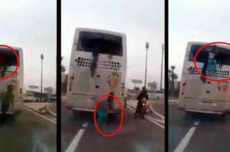 فيديو.. مهاجرون مرحلون من شمال المغرب يكسرون زجاج نوافذ حافلة بأكادير ويهربون