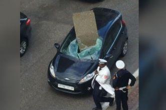 بالفيديو.. سقوط لوحة حديدية يكسر زجاج سيارة بتطوان